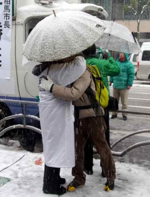 湯川れい子さん、三宅洋平さんの真摯なハグ@数寄屋橋交差点.jpg