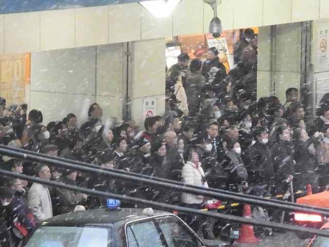 雪の中の聴衆@品川駅高輪口.jpg