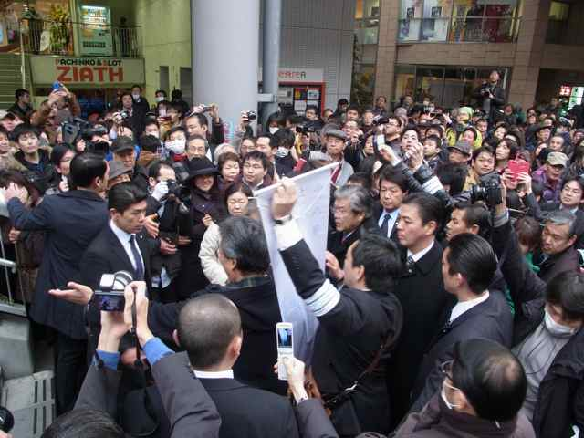 1月25日細川もりひろさん@立川駅南口練り歩き1.jpg
