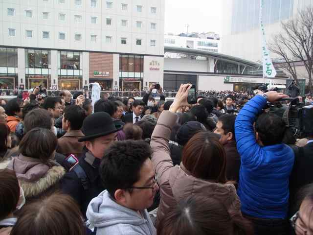 1月25日細川もりひろさん@立川駅南口練り歩き2.jpg
