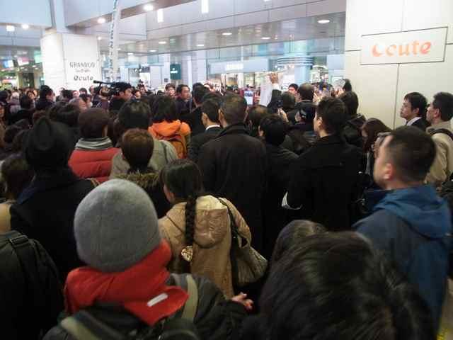 1月25日細川もりひろさん@立川駅南口練り歩き3.jpg