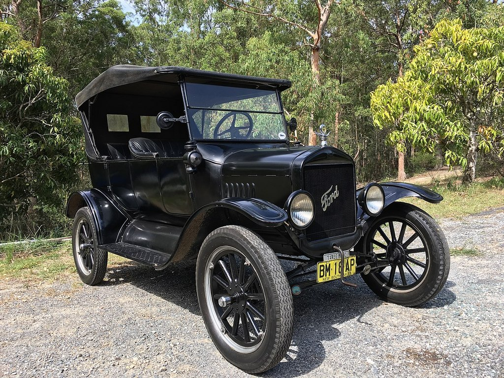 1200px-1925_Ford_Model_T_touring.jpg